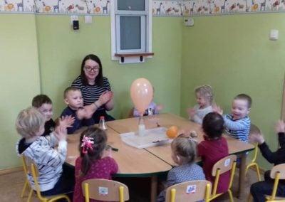 """Zabawa kolorowymi balonami i """"samopompujący się balon"""" ?"""