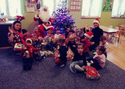 Idzie, idzie święty z nieba. Oto jest wśród Nas. Witaj święty Mikołaju. Witaj, witaj Nam. Dobry, święty Mikołaju Wszystkie dzieci Cię kochają. Usiądź sobie między nami. Obdarz dzieci prezentami.