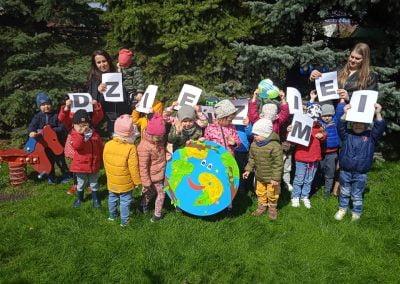 Naszą planetę bardzo kochamy i każdego dnia o nią dbamy 🌍 💚💙💚💙🌏22 kwietnia – Dzień Ziemi💙🌏💚