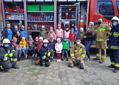 W Naszym przedszkolu mieliśmy niezwykłych gości: przedstawicieli Ochotniczej Straży Pożarnej Mokra Prawa. Strażacy opowiedzieli dzieciom o swoim zawodzie, pokazali stroje i sprzęt potrzebne w pracy, a przede wszystkim – pokazali wyposażenie strażackiego wozu. Dziękujemy!