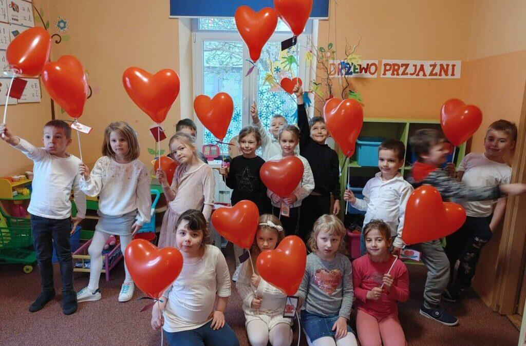W tym roku w Walentynki odwiedziła nas Królowa Śniegu. CHCIAŁA ZAMROZIĆ NAM SERCA!!! ALE MY –  serca mamy pełne miłości i przyjażni. PS. Więcej na grupie TYGRYSKI